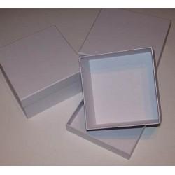 3 pudełka kwadratowe z białego kartonu małe